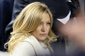 NEW YORK - NOVEMBER 04:  Actress Kate Hudson attends Game Six of the 2009 MLB World Series between the New York Yankees and the Philadelphia Phillies at Yankee Stadium on November 4, 2009 in the Bronx borough of New York City.  (Photo by Nick Laham/Getty