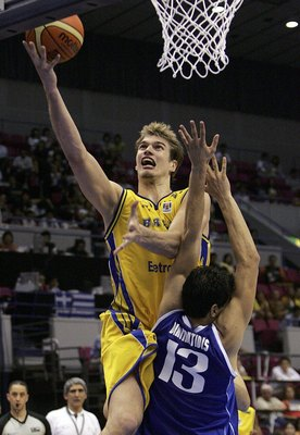 HAMAMATSU, JAPAN - AUGUST 23:  Tiago Splitter of Brazil shoots against Greece during the preliminary round of FIBA World Championships 2006 on August 23, 2006 in Hamamatsu, Japan. The Championships take place from August 19 to September 3 in Japan. (Photo