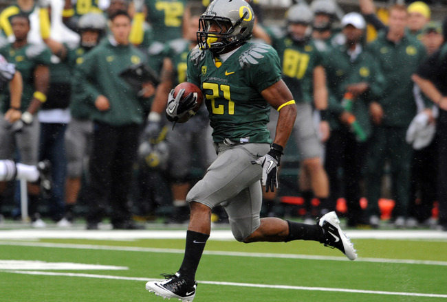 EUGENE, OR - SEPTEMBER 18: Running back LaMichael James #21of the Oregon Ducks heads to the end zone for a touchdown in the first quarter of the game against the Portland State Vikings at Autzen Stadium on September 18, 2010 in Eugene, Oregon. Oregon won