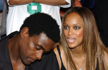 MEMPHIS, TN - JUNE 8:  NBA basketball player Chris Webber (L) and his girlfriend, actress Tyra Banks (R), attend the WBC/IBF Heavyweight Championship bout between Lennox Lewis and Mike Tyson on June 8, 2002 at The Pyramid in Memphis, Tennessee.  (Photo by