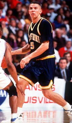 MAR 1993:  CAL POINT GUARD JASON KIDD SCANS THE COURT DURING A THE GOLDEN BEARS GAME VERSUS THE KANSAS JAYHAWKS, IN THE 1993 NCAA TOURNAMENT. Mandatory Credit: Allsport/ALLSPORT
