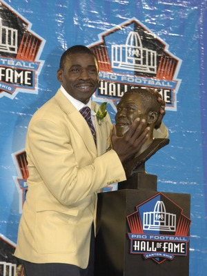 CANTON, OH - AUGUST 04: Michael Irvin checks out his bust during the Class of 2007 Pro Football Hall of Fame Enshrinement Ceremony August 4, 2007 in Canton, Ohio. (Photo by Al Messerschmidt/Getty Images)