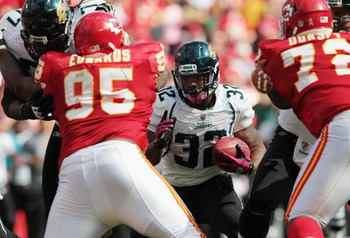 KANSAS CITY, MO - OCTOBER 24:  Maurice Jones-Drew #32 of the Jacksonville Jaguars carries the ball during the game against the Kansas City Chiefs on October 24, 2010 at Arrowhead Stadium in Kansas City, Missouri.  (Photo by Jamie Squire/Getty Images)