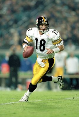 2 Dec 1999:  Mike Tomczak #18 of the Pittsburgh Steelers runs to pass the ball during the game against the Jacksonville Jaguars at the Alltell Stadium in Jacksonville, Florida. The Jaguarss defeated the Steelers 20-6. Mandatory Credit: Andy Lyons  /Allspo