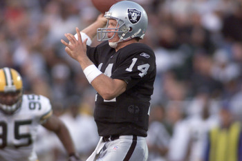 31 Aug 2001 : Bobby Hoying of the Oakland Raiders throws a pass against the Green Bay Packers during the NFL Pre-season game at Network Associates Coliseum in Oakland, California. DIGITAL IMAGE. Mandatory Credit: Jed Jacobsohn/Allsport
