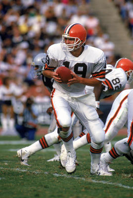 LOS ANGELES - NOVEMBER 16:  Quarterback Bernie Kosar #19 of the Cleveland Browns runs a play during a game against the Los Angeles Raiders at the Los Angeles Memorial Coliseum on November 16, 1986 in Los Angeles, California.  The Raiders won 27-14.  (Phot