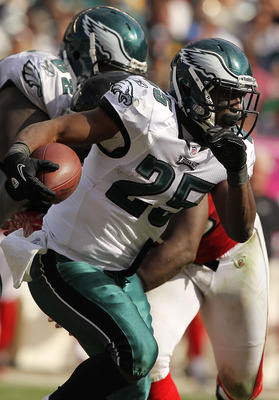 PHILADELPHIA - OCTOBER 17:  LeSean McCoy #25 of the Philadelphia Eagles in action against the Atlanta Falcons during their game at Lincoln Financial Field on October 17, 2010 in Philadelphia, Pennsylvania.  (Photo by Al Bello/Getty Images)