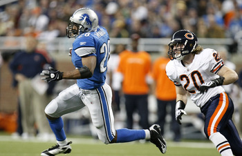 DETROIT - JANUARY 03: Maurice Morris #28 of the Detroit Lions gets around Craig Steltz #20 of the Chicago Bears during a first quarter run on January 3, 2010 at Ford Field in Detroit, Michigan.  (Photo by Gregory Shamus/Getty Images)