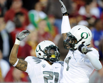 LOS ANGELES, CA - OCTOBER 30:  LaMichael James #21 of the Oregon Ducks celebrates his touchdown with Josh Huff #4 for a 15-10 lead ove the USC Trojans during the second quarter at Los Angeles Memorial Coliseum on October 30, 2010 in Los Angeles, Californi
