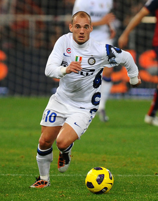 GENOA, ITALY - OCTOBER 29: Wesley Sneijder of FC Internazionale Milano runs with the ball during the Serie A match between Genoa CFC and FC Inter Milan at Stadio Luigi Ferraris on October 29, 2010 in Genoa, Italy. (Photo by Massimo Cebrelli/Getty Images)