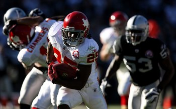 OAKLAND, CA - NOVEMBER 15:  Jamaal Charles #25 of the Kansas City Chiefs runs against the Oakland Raiders during an NFL game  at Oakland-Alameda County Coliseum on November 15, 2009 in Oakland, California.  (Photo by Jed Jacobsohn/Getty Images)