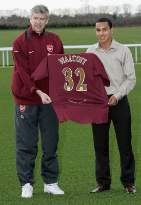 LONDON - JANUARY 20: Arsenal Manager Arsene Wenger and new signing Theo Walcott, 16, pose for the media at the Arsenal training ground on January 20, 2006 in London, England. (Photo by Mark Thompson/Getty Images)