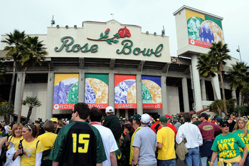 PASADENA, CA - JANUARY 01:  Fans enter the 96th Rose Bowl game between the Oregon Ducks and the Ohio State Buckeyes on January 1, 2010 in Pasadena, California.  (Photo by Harry How/Getty Images)
