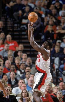 31 Oct 2000:  Shawn Kemp #40 of the Portland Trail Blazers leaps to take the shot during the game against the Los Angeles Lakers at the Rose Garden in Portland, Oregon. The Lakers defeated the Blazers 96-86. NOTE TO USER: It is expressly understood that t