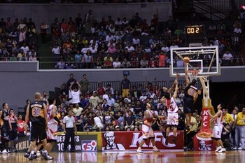 Gabe-norwood-tip-in-san-miguel-beermen-vs-rain-or-shine-elasto-painters_display_image