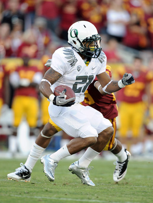 LOS ANGELES, CA - OCTOBER 30:  LaMichael James #21 of the Oregon Ducks carries the ball against the USC Trojans during the first quarter at Los Angeles Memorial Coliseum on October 30, 2010 in Los Angeles, California.  (Photo by Harry How/Getty Images)