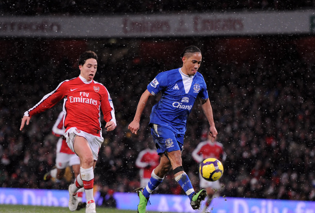 LONDON, ENGLAND - JANUARY 09:  Steven Pienaar of Everton scores their second goal during the Barclays Premier League match between Arsenal and Everton at Emirates Stadium on January 9, 2010 in London, England.  (Photo by Shaun Botterill/Getty Images)
