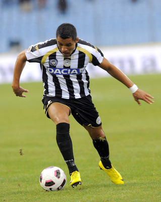 UDINE, ITALY - AUGUST 28:  Alexis Alejandro Sanchez of Udinese controll the ball during the Serie A match between Udinese and Genoa at Stadio Friuli on August 28, 2010 in Udine, Italy.  (Photo by Dino Panato/Getty Images)