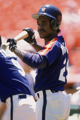 1989:  Ron Washington of the Houston Astros stands on the field holds his bat before an MLB (Major League Baseball) game in 1989.   (Photo by Otto Greule Jr /Getty Images)