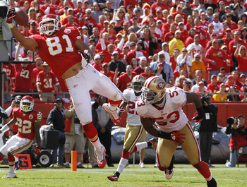KANSAS CITY, MO - SEPTEMBER 26: Tony Moeaki #81 of the Kansas City Chiefs makes a one-handed 18-yard touchdown catch behind NaVorro Bowman #53 of the San Francisco 49ers at Arrowhead Stadium on September 26, 2010 in Kansas City, Missouri. The Chiefs won 3