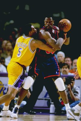 28 Mar 1999: Patrick Ewing #33 of the New York Knicks in action during the game against the Los Angeles Lakers at the Great Western Forum in Inglewood, California. The Lakers defeated the Knicks 99-91.