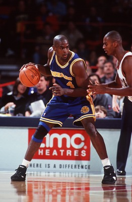 13 NOV 1993:  GOLDEN STATE WARRIORS FORWARD CHRIS WEBBER BRINGS THE BALL UPCOURT AGAINST THE AGAINST THE DENVER NUGGETS. Mandatory Credit: Tim Defrisco/ALLSPORT