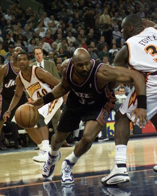 14 Mar 2001:  Karl Malone #32 of the Utah Jazz drives to the basket agains  the Golden State Warriors at the Arena in Oakland, California. DIGITAL IMAGE Mandatory Credit: Tom Hauck/ALLSPORT NOTE TO USER: It is expressly understood that the only rights All