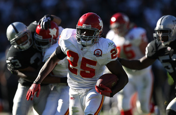 OAKLAND, CA - NOVEMBER 15:  Jamaal Charles #25 of the Kansas City Chiefs runs for a touchdown against the Oakland Raiders during an NFL game  at Oakland-Alameda County Coliseum on November 15, 2009 in Oakland, California.  (Photo by Jed Jacobsohn/Getty Im