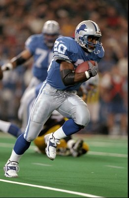 26 Nov 1998: Running back Barry Sanders #20 of the Detroit Lions in action during the game against the Pittsburgh Steelers at the Pontiac Silverdome in Pontiac, Michigan. The Lions defeated the Steelers 19-16.