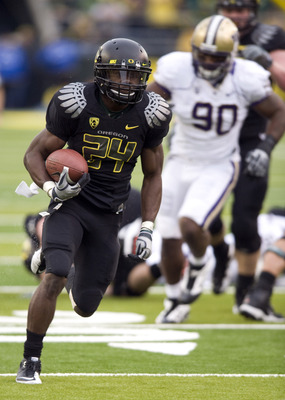 EUGENE, OR - NOVEMBER 6: Running back Kenjon Barner #24 of the Oregon Ducks heads to the end zone and a touchdown in the fourth quarter of the game against the Washington Huskies at Autzen Stadium on November 6, 2010 in Eugene, Oregon. The Ducks won the g