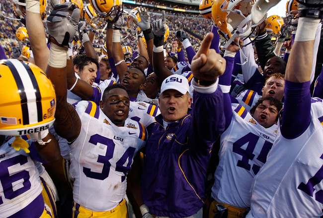 BATON ROUGE, LA - NOVEMBER 06:  Head coach Les Miles of the Louisiana State University Tigers celebrates with his team after defeating the Alabama Crimson Tide 24-21 at Tiger Stadium on November 6, 2010 in Baton Rouge, Louisiana.  (Photo by Chris Graythen
