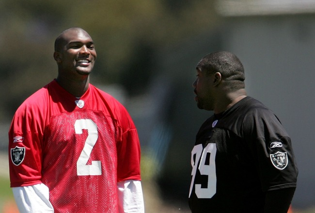 ALAMEDA, CA - MAY 5:  Oakland Raiders rookie quarterback JaMarcus Russell #2 talks with Warren Sapp #99 during the second day of the Oakland Raiders mini-camp May 5, 2007 in Alameda, California.  (Photo by Justin Sullivan/Getty Images)