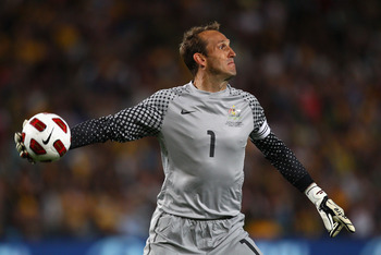 SYDNEY, AUSTRALIA - OCTOBER 09:  Mark Schwarzer of Australia throws the ball in during the friendly match between the Australian Socceroos and Paraguay at the Sydney Football Stadium on October 9, 2010 in Sydney, Australia.  (Photo by Ryan Pierse/Getty Im