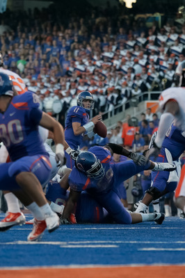 BOISE, ID - SEPTEMBER 25:  Quarterback Kellen Moore #11 of the Boise State Broncos looks for a receiver against the Oregon State Beavers at Bronco Stadium on September 25, 2010 in Boise, Idaho.  (Photo by Otto Kitsinger III/Getty Images)