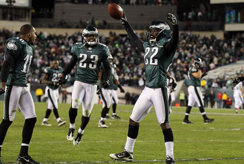 PHILADELPHIA - NOVEMBER 07:  Asante Samuel #22 of the Philadelphia Eagles celebrates his last minute interception that clinched their victory against the Indianapolis Colts with his teammates on November 7, 2010 at Lincoln Financial Field in Philadelphia,