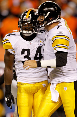 CINCINNATI - NOVEMBER 08:  Rashard Mendenhall #34 of the Pittsburgh Steelers is congratulated by Ben Roethlisberger #7  after scoring a touchdown against the Cincinnati Bengals at Paul Brown Stadium on November 8, 2010 in Cincinnati, Ohio.  (Photo by Matt