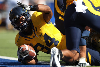 BERKELEY, CA - OCTOBER 09:  Shane Vereen #34 of the California Golden Bears signals for a touchdown against the UCLA Bruins in the first half at California Memorial Stadium on October 9, 2010 in Berkeley, California. Vereen scored on the next play. (Photo