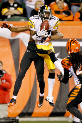 CINCINNATI - NOVEMBER 08:  Mike Wallace #17 of the Pittsburgh Steelers  catches a pass for a touchdown against Leon Hall #29 of the Cincinnati Bengals at Paul Brown Stadium on November 8, 2010 in Cincinnati, Ohio.  (Photo by Matthew Stockman/Getty Images)