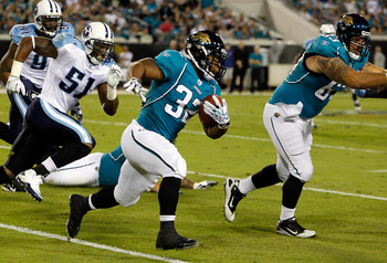 JACKSONVILLE, FL - OCTOBER 18:  Running back Maurice Jones-Drew #32 of the Jacksonville Jaguars runs the ball against the Tennessee Titans during the game at EverBank Field on October 18, 2010 in Jacksonville, Florida.  (Photo by J. Meric/Getty Images)
