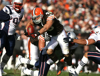 CLEVELAND - NOVEMBER 07:  Running back Peyton Hillis #40 of the Cleveland Browns runs the ball against the New England Patriots at Cleveland Browns Stadium on November 7, 2010 in Cleveland, Ohio.  (Photo by Matt Sullivan/Getty Images)