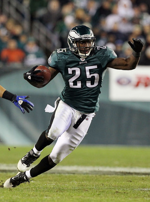 PHILADELPHIA - NOVEMBER 07:  LeSean McCoy #25 of the Philadelphia Eagles runs the ball against the Indianapolis Colts on November 7, 2010 at Lincoln Financial Field in Philadelphia, Pennsylvania. The Eagles defeated the Colts 26-24.  (Photo by Jim McIsaac