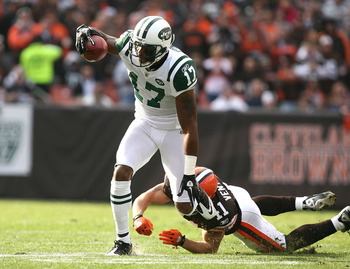 CLEVELAND - NOVEMBER 14:  Wide receiver Braylon Edwards #17 of the New York Jets runs by defensive back Ray Ventrone #41 of the Cleveland Browns  at Cleveland Browns Stadium on November 14, 2010 in Cleveland, Ohio.  (Photo by Matt Sullivan/Getty Images)