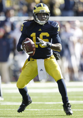 ANN ARBOR, MI - NOVEMBER 06:  Denard Robinson #16 of the Michigan Wolverines looks to throw a third quarter pass while playing the Illinios Fighting Illini at Michigan Stadium on November 6, 2010 in Ann Arbor, Michigan. Robinson left the game with a injur