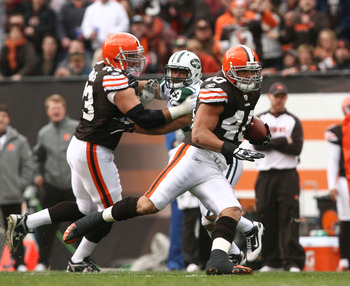 CLEVELAND - NOVEMBER 14:  Tailback Peyton Hillis #40 of the Cleveland Browns runs the ball against the New York Jets at Cleveland Browns Stadium on November 14, 2010 in Cleveland, Ohio.  (Photo by Matt Sullivan/Getty Images)