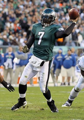 PHILADELPHIA - NOVEMBER 07:  Michael Vick #7 of the Philadelphia Eagles in against the Indianapolis Colts on November 7, 2010 at Lincoln Financial Field in Philadelphia, Pennsylvania. The Eagles defeated the Colts 26-24.  (Photo by Jim McIsaac/Getty Image