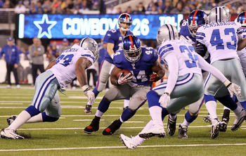 EAST RUTHERFORD, NJ - NOVEMBER 14:  Ahmad Bradshaw #44 of the New York Giants runs the ball against the Dallas Cowboys on November 14, 2010 at the New Meadowlands Stadium in East Rutherford, New Jersey.  (Photo by Jim McIsaac/Getty Images)