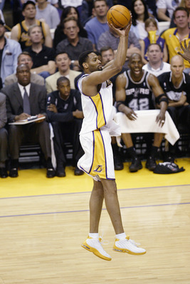 LOS ANGELES - MAY 11:  Robert Horry #5 of the Los Angeles Lakers shoots a jumpshot in Game four of the Western Conference Semifinals during the 2003 NBA Playoffs against the San Antonio Spurs at Staples Center on May 11, 2003 in Los Angeles, California.