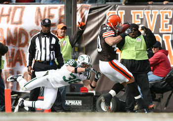 CLEVELAND - NOVEMBER 14:  Tailback Peyton Hillis #40 of the Cleveland Browns scores a touchdown in front of safety Jim Leonhard #36 of the New York Jets at Cleveland Browns Stadium on November 14, 2010 in Cleveland, Ohio.  (Photo by Matt Sullivan/Getty Im