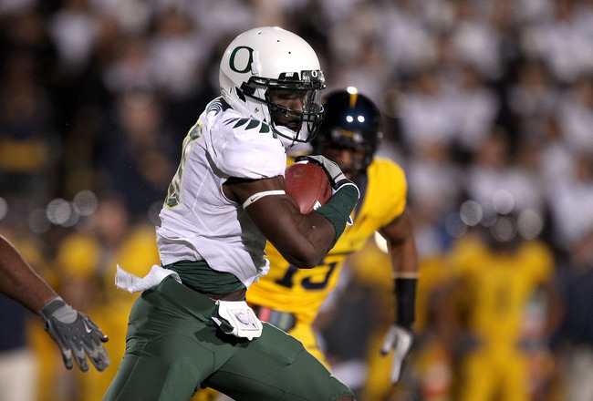 BERKELEY, CA - NOVEMBER 13: Drew Davis #10 of the Oregon Ducks runs with the ball against the California Golden Bears at California Memorial Stadium on November 13, 2010 in Berkeley, California.  (Photo by Ezra Shaw/Getty Images)