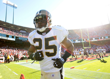 SAN FRANCISCO - SEPTEMBER 20:  Reggie Bush #25 of the New Orleans Saints warms up against the San Francisco 49ers during an NFL game at Candlestick Park on September 20, 2010 in San Francisco, California.  (Photo by Jed Jacobsohn/Getty Images)